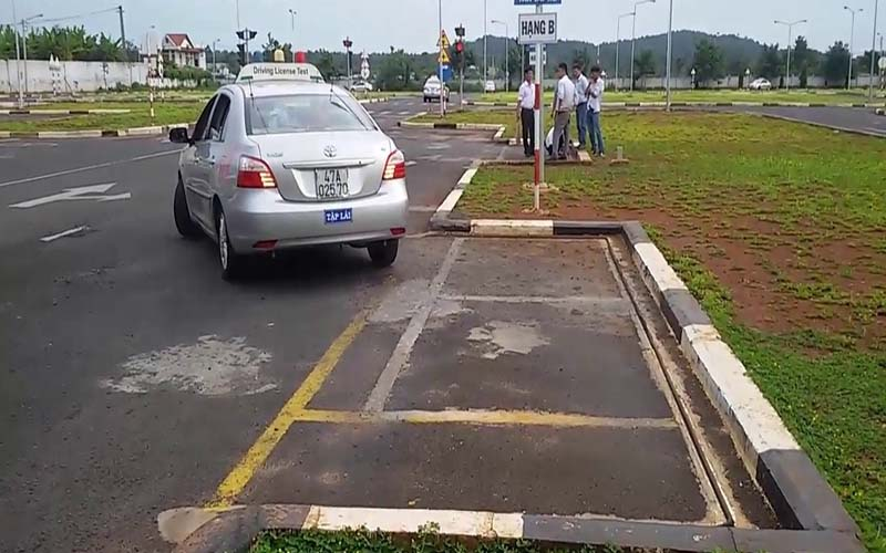 Hướng dẫn ghép xe ngang vào nơi đỗ